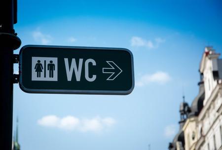 남성과 여성 화장실에 화살표가있는 사인