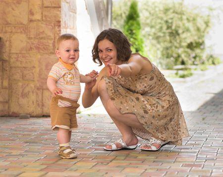 Joven madre est� apuntando, atento hijo Foto de archivo - 5183419