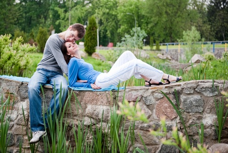 afecto: Pareja joven en un parque que data de primavera