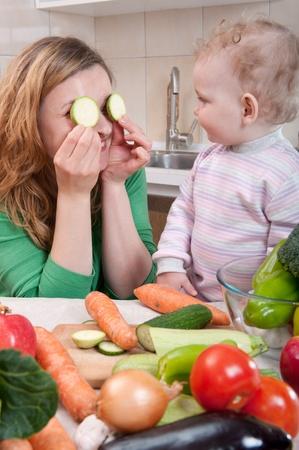 mere cuisine: Jeune maman pr�paration de la salade de l�gumes frais avec sa petite fille