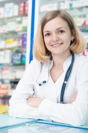 consulta médica: Químico joven sonriente en uniforme en el almacén de la droga