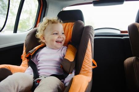 asiento coche: Niño sonriente feliz en asiento de coche