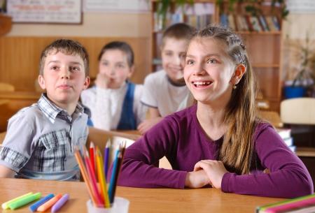 Alumnos de primaria en el aula durante la lección Foto de archivo