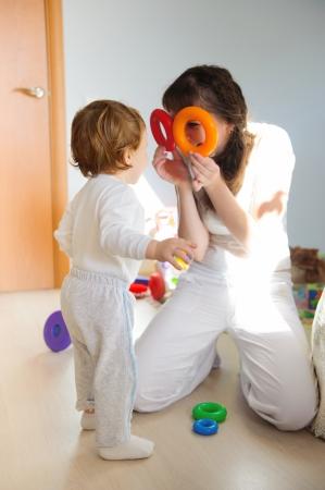 playing with baby: Giovane madre e figlio che giocano in casa Archivio Fotografico