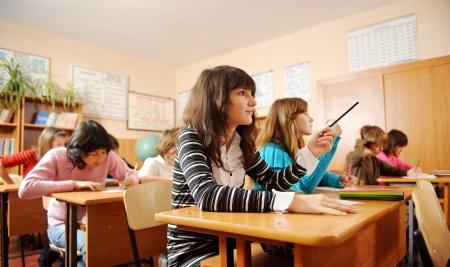 escuela primaria: Los escolares durante la lección en el aula.