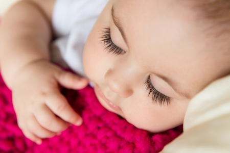 enfant qui dort: Closeup portrait de b�b� endormi recouvert de couverture tricot�e Banque d'images