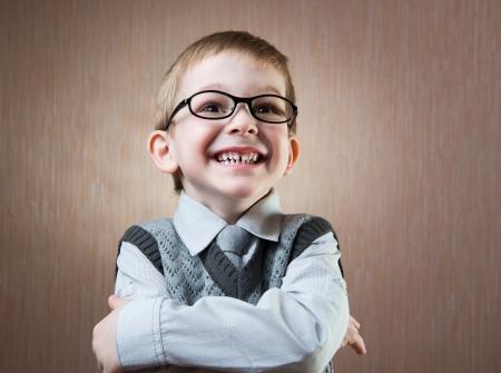 uniforme escolar: Pequeño retrato chico lindo sobre fondo oscuro