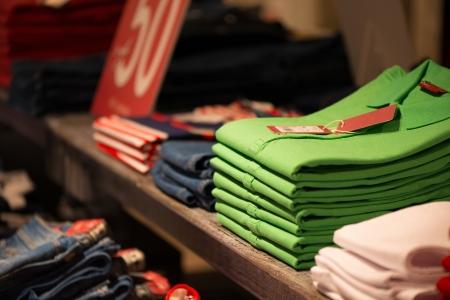 vestidos: Varias camisas de colores en estantería en la tienda