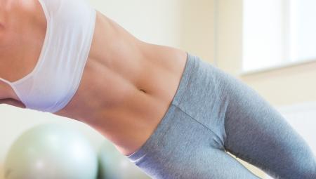 niñas en ropa interior: Bastante joven mujer el ejercicio de gimnasio