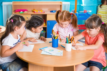 niños felices: Grupo de niños que prescool lindo dibujar con lápices de colores Foto de archivo