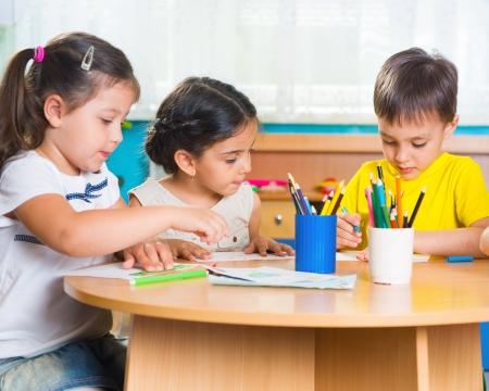 niños latinos: Grupo de niños que prescool lindo dibujar con lápices de colores Foto de archivo