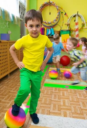 actividad fisica: Ni?os lindos que juegan en el gimnasio de la guarder?a