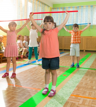 gymnastik: Cute little spielende Kinder in der Kindertagesst�tte Turnhalle