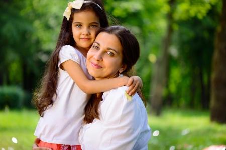 mere et fille: Jouant famille heureuse hispanique dans le parc ensoleill�
