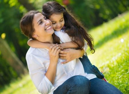 parken: Glückliche junge Mutter mit ihrer Tochter im Park Lizenzfreie Bilder