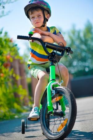 ni�os en bicicleta: Ni�o lindo en el casco de montar en bicicleta