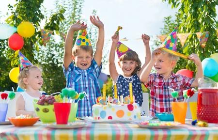 Groep van schattige kinderen plezier op verjaardagsfeestje
