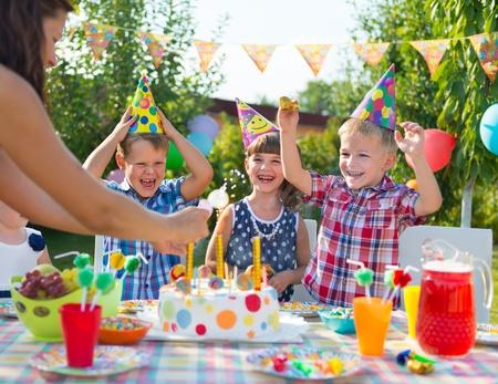 Groupe d'enfants adorables amuser à la fête d'anniversaire