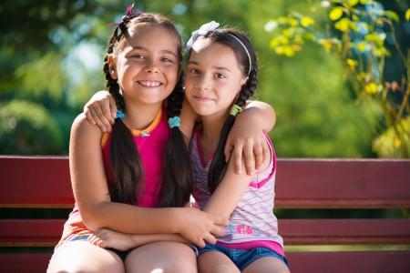 Beeld van twee gelukkige zusters plezier in het park