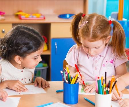 niños latinos: Grupo de ni?os que prescool lindo dibujar con l?pices de colores