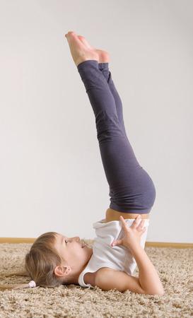 gimnasia: Poco de yoga linda chica ejercicio en casa Foto de archivo