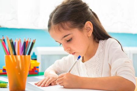 niños latinos: Poca escritura hispanos niña en la escuela Foto de archivo