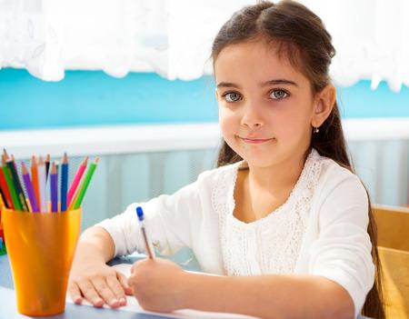 niños estudiando: Poca escritura hispanos niña en la escuela Foto de archivo