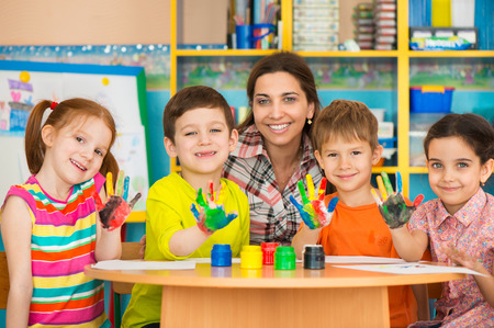 preescolar: Ni�os lindos dibujo con el maestro en la clase de preescolar