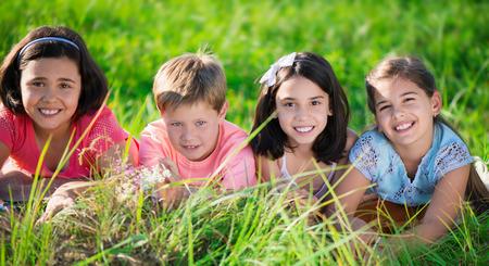 niños latinos: Grupo de varios niños descansando en el campamento internacional