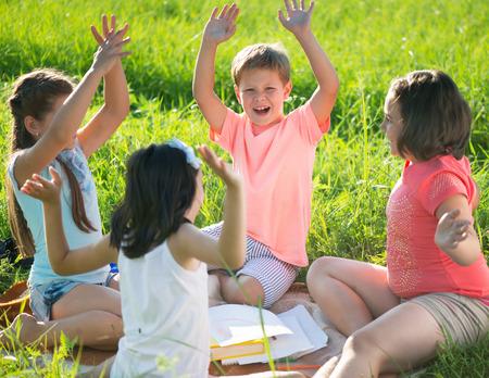 Gruppe glückliche Kinder spielen auf grünem Gras Standard-Bild - 31020903