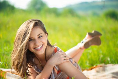 s úsměvem: Portrét krásné mladé usmívající se dívka Reklamní fotografie