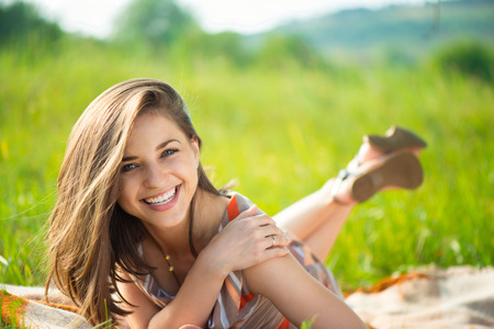 Portret van een mooie jonge glimlachende meisje