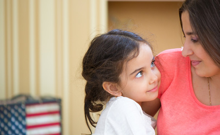 ni�os latinos: Retrato de la hermosa madre hispana y su hija Foto de archivo