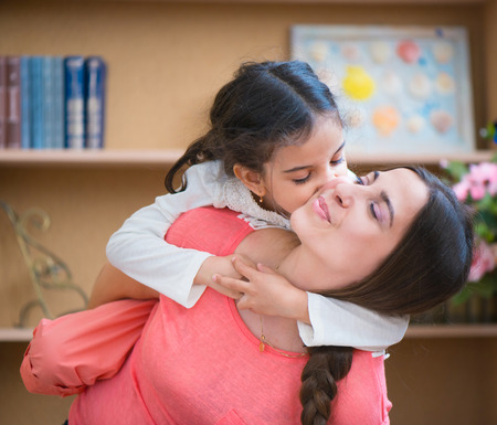 fille indienne: Mère hispanique et sa petite fille jouant à la maison Banque d'images
