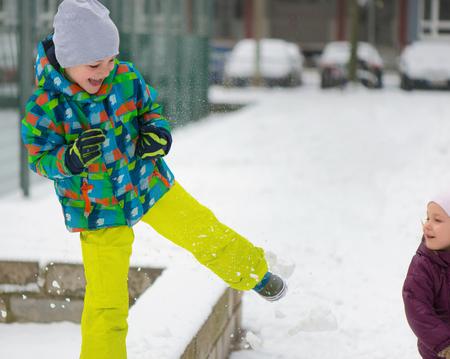 neve palle: I bambini lanciando palle di neve in inverno parco nevoso