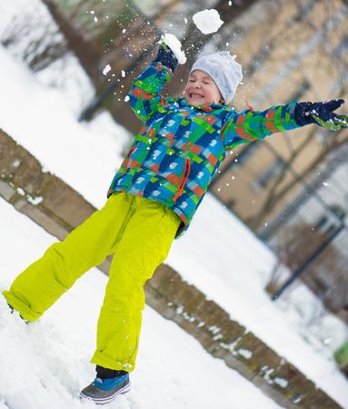 snowballs: I bambini lanciando palle di neve in inverno parco nevoso