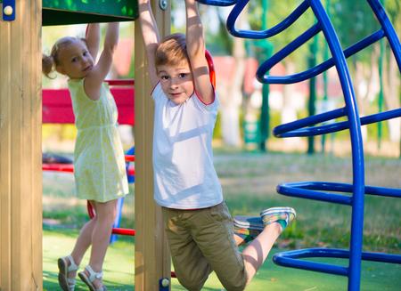 Niños lindos felices que se divierten en playgraung Foto de archivo