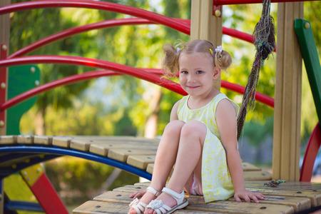 niñas jugando: Niña feliz jugar alegre en el patio