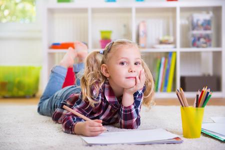 mignonne petite fille: petite fille mignonne pose sur le plancher à la maison