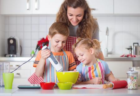 galletas de navidad: La preparación de la familia Galletas felices para la víspera de Navidad en casa