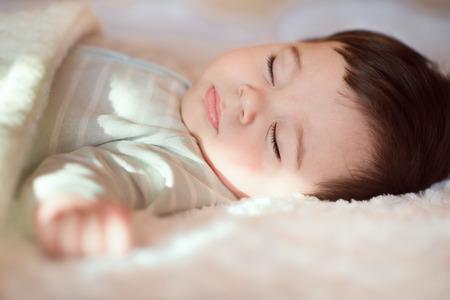 Close-up portret van de slapende baby bedekt met een gebreide deken