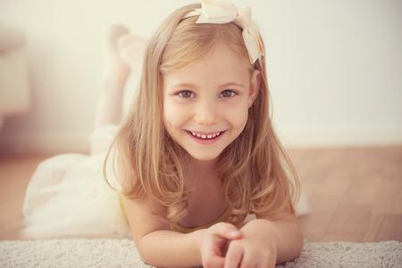 mignonne petite fille: Sourire jolie fille ballet en tutu blanc seul dans le studio