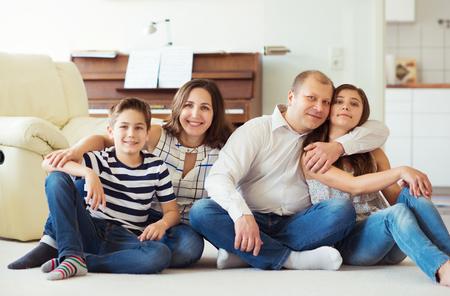 かなりティーンエイ ジャーの娘と息子が家で一緒に楽しんで若い幸せな家族の肖像画 写真素材 - 78605389
