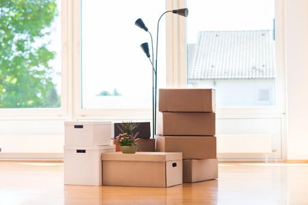 Muchas cajas de cartón en casa brillante grande durante la reubicación