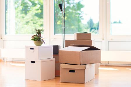 Muchas cajas de cartón en casa brillante grande durante la reubicación Foto de archivo - 84393232