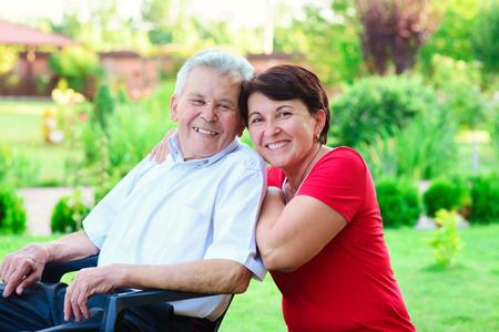 Portret van gelukkige oude vader en zijn 50 jaar dochter bij homegarden Stockfoto