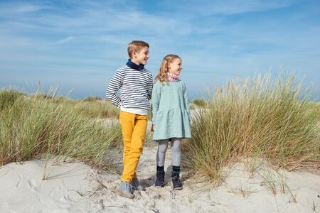 Deux heureux frère mignon adolescent et siater staing sur plage de sable blanc sur la mer Baltique au jour ensoleillé Banque d'images