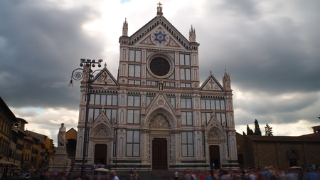 Long exposure of the church of Santa Maria Croce and the square in front of tourists. The sky is cloudy. Banco de Imagens