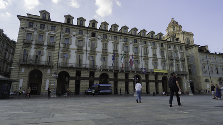 August 2018: Entry of the Piedmont Region Palace located at Piazza Castello. Always present a patrol of the State Police to guard. Late afternoon of a warm and sunny day. August 2018 in Turin Foto de archivo - 109867360