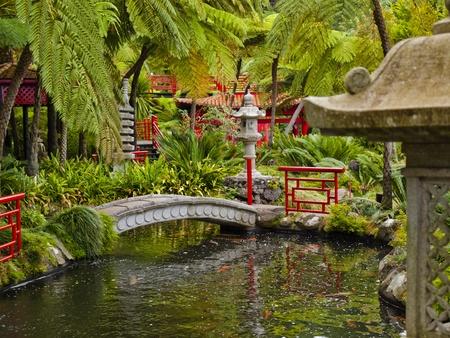 pagoda: vistas a los jardines tropicales de Monte Palace, Funchal, Madeira